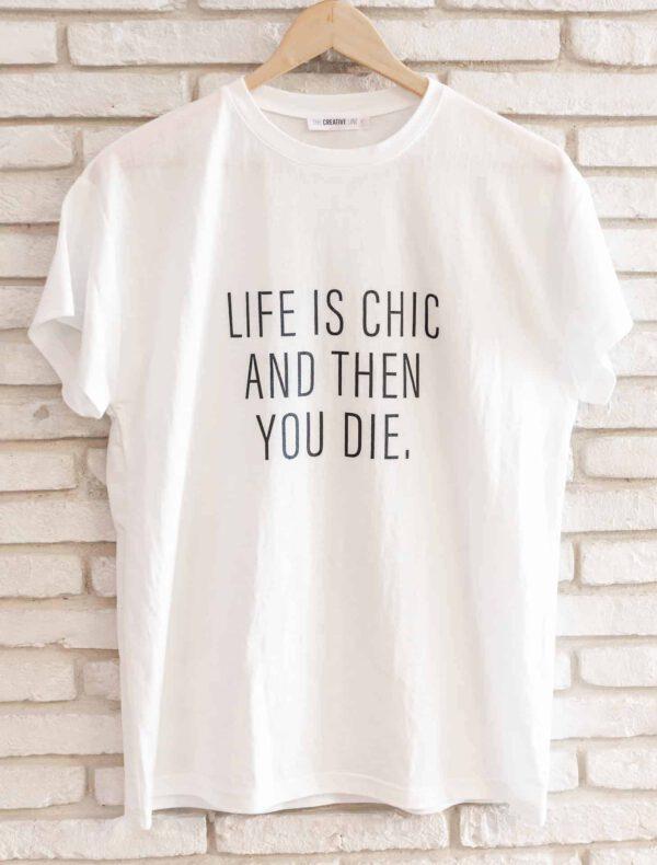 """מוצר למכירה: חולצה לבנה עם כיתוב באנגלית """"החיים הם שיק ואז אתה מת"""""""